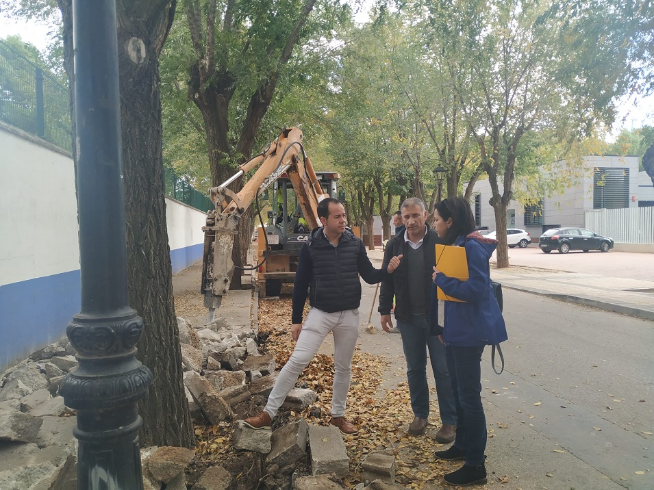 Obras de renovación del acerado derecho en la Avenida de Tierno Galván 9