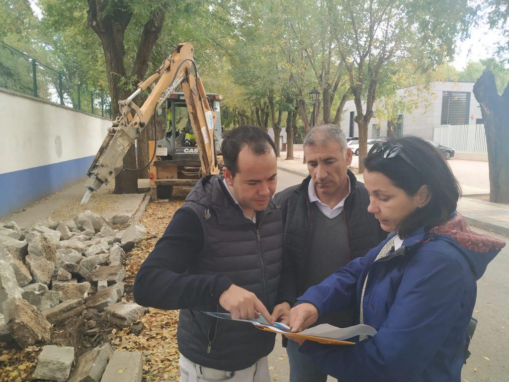 Obras de renovación del acerado derecho en la Avenida de Tierno Galván 8