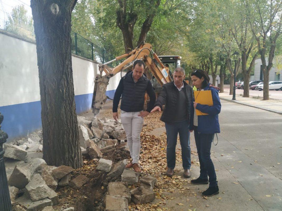 Obras de renovación del acerado derecho en la Avenida de Tierno Galván 10