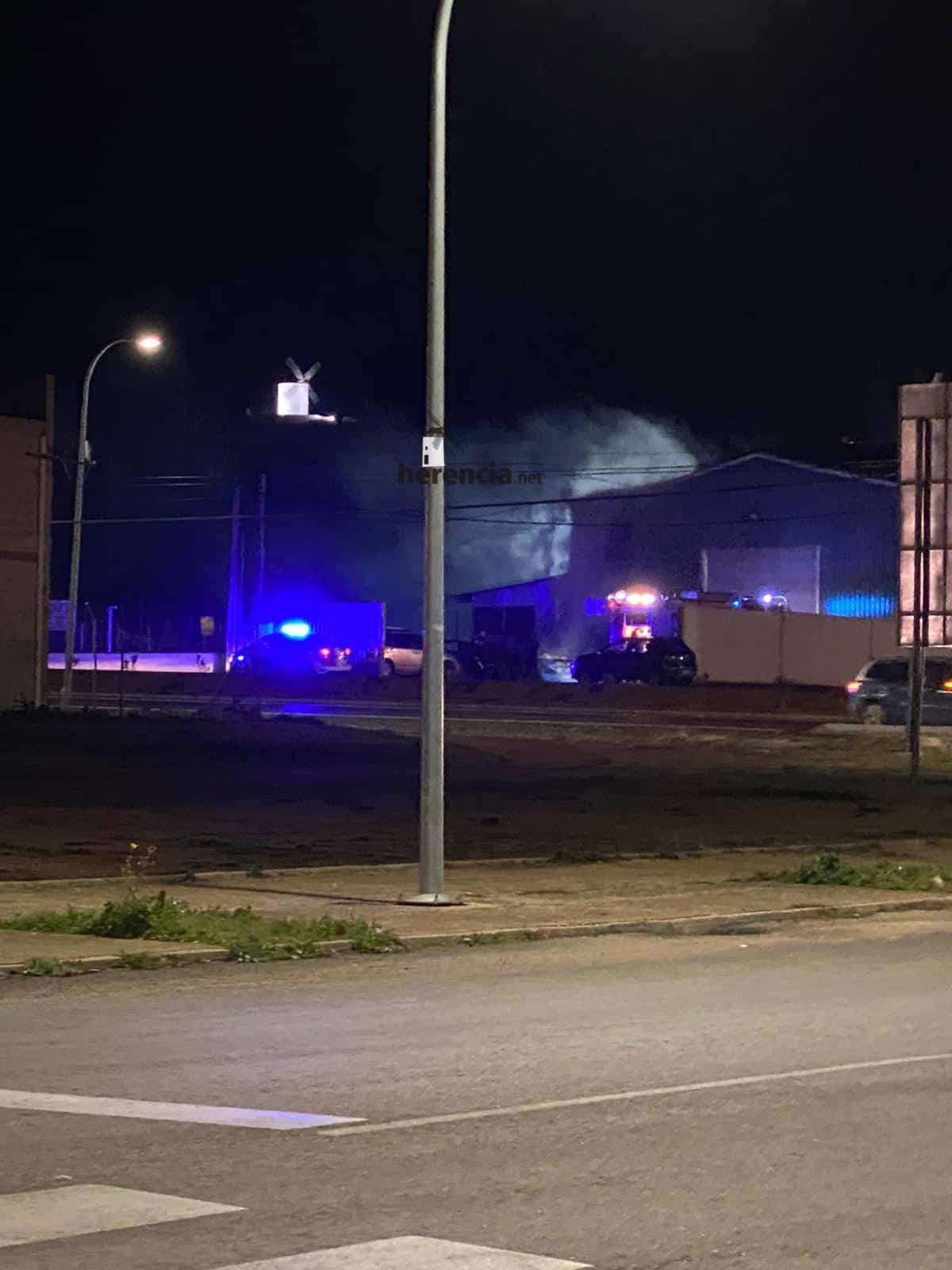 incendio nave avenida alcazar herencia 1 - Incendio en una nave en la Avenida de Alcázar en Herencia