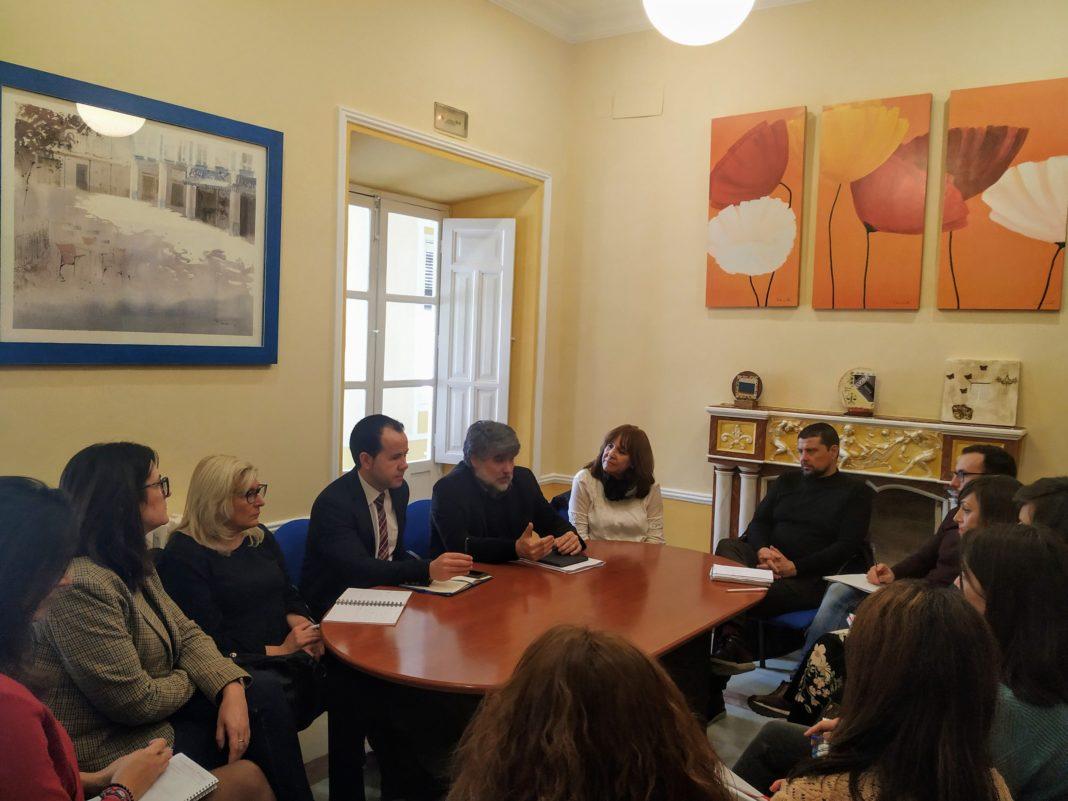 reunion accion social herencia 2 1068x801 - Acción Social plantea en Herencia las nuevas líneas de trabajo del Gobierno regional en el ámbito de Servicios Sociales