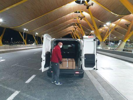 Recogida del respirador en aeropuerto de Barajas 457x343 - EO Madrid consigue un respirador para el hospital Mancha Centro de Alcázar de San Juan