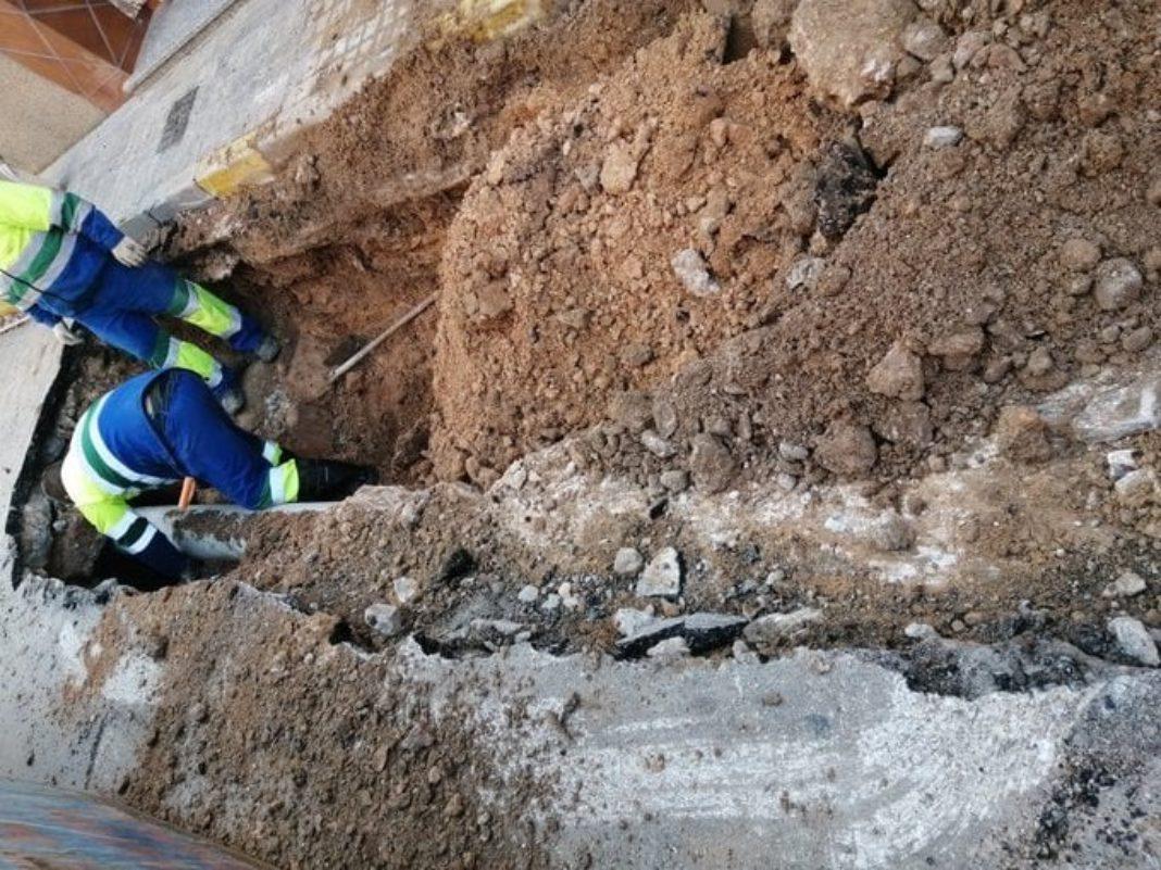 tuberia rota calle ronda herencia 1068x801 - Avería por una rotura en una tubería en calle ronda este sábado