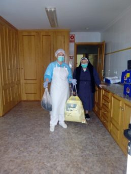 2020 04 24 Material sanitario y buzos a las residencias de Herencia5 258x344 - Ánthropos y la generosidad de la comunidad ante el coronavirus