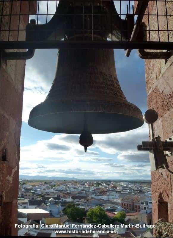 campana iglesia parroquial de herencia - Las campanas de la parroquia de Herencia tocan todos los días a las 21:00 horas en señal de luto