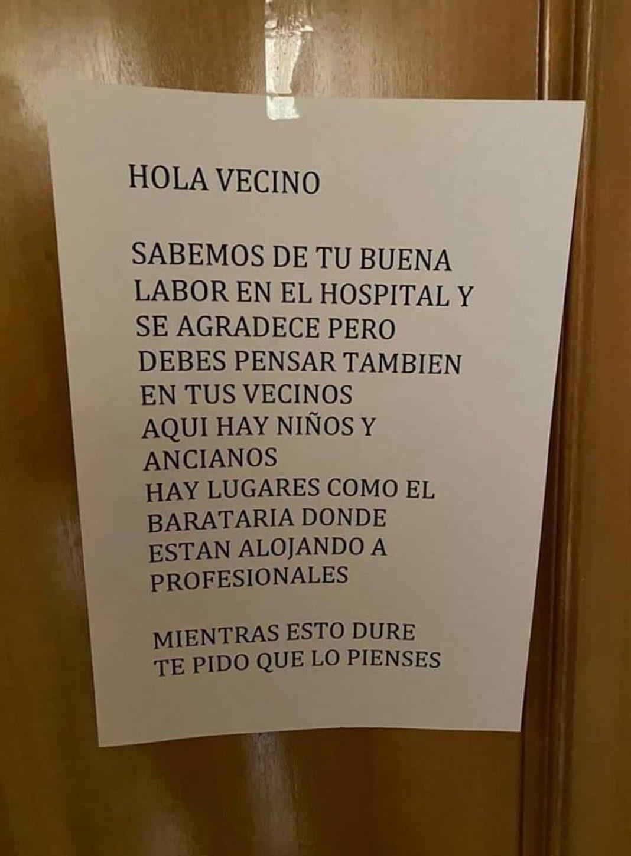 cartel fuera sanitario de su piso 1068x1450 - El médico de Alcázar al que los vecinos piden que abandone su domicilio y desata las redes sociales