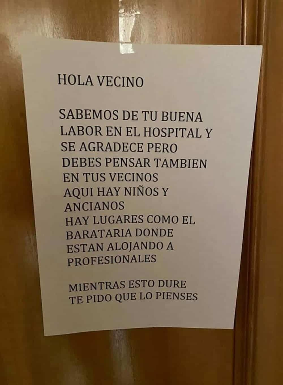 cartel fuera sanitario de su piso - El médico de Alcázar al que los vecinos piden que abandone su domicilio y desata las redes sociales