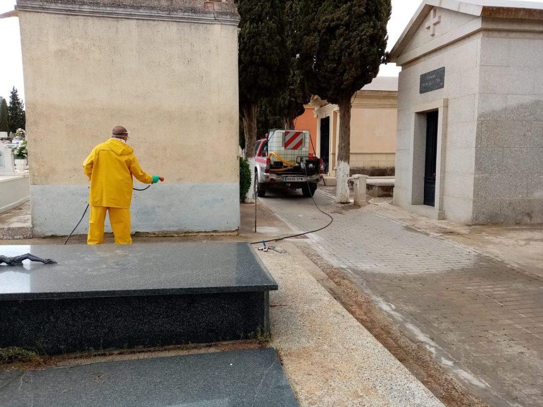 desinfección del cementerio2 1068x801 - Continúan los trabajos de desinfección y el reparto de mascarillas y guantes