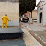 desinfecci%C3%B3n del cementerio2 150x150 - Continúan los trabajos de desinfección y el reparto de mascarillas y guantes
