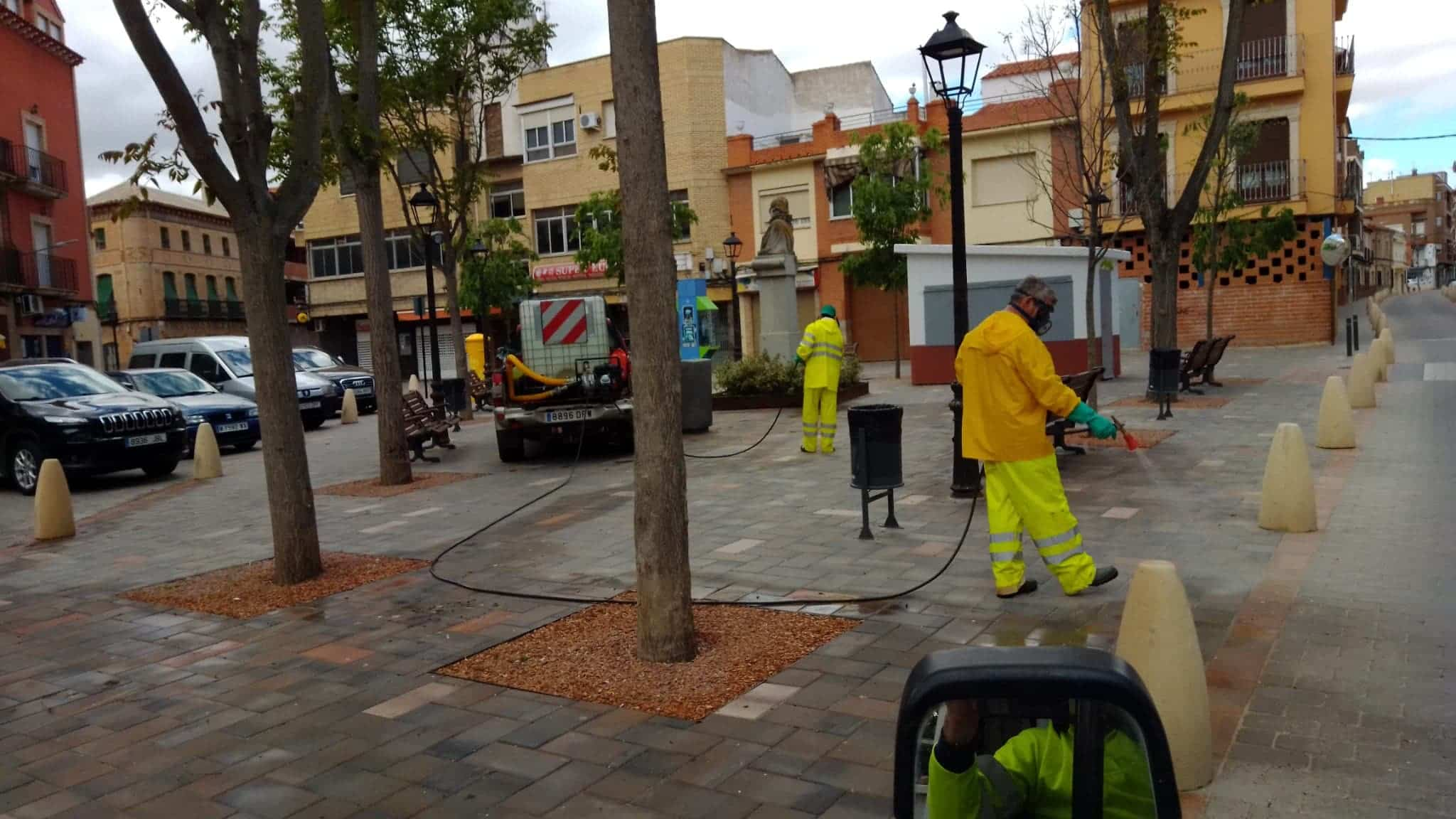 Continuan las labores de desinfección en la Plaza de España, Convento y Cervantes 9