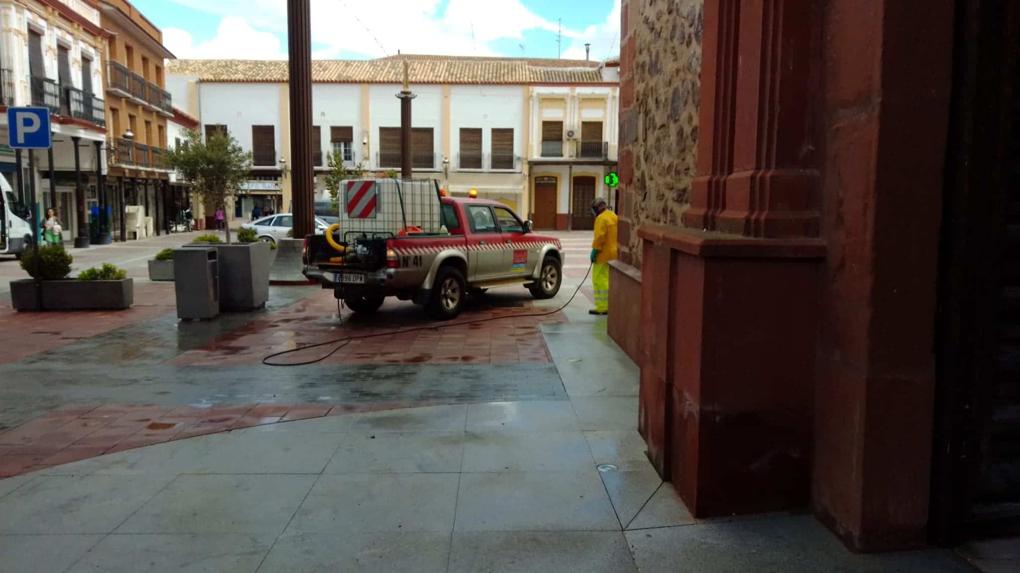 Continuan las labores de desinfección en la Plaza de España, Convento y Cervantes 11