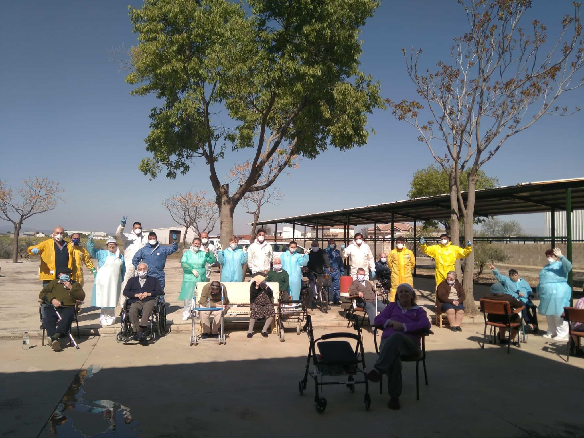 Desinfección en exterior e interior del Centro de Salud y de las dos Residencias de Mayores hoy domingo 12
