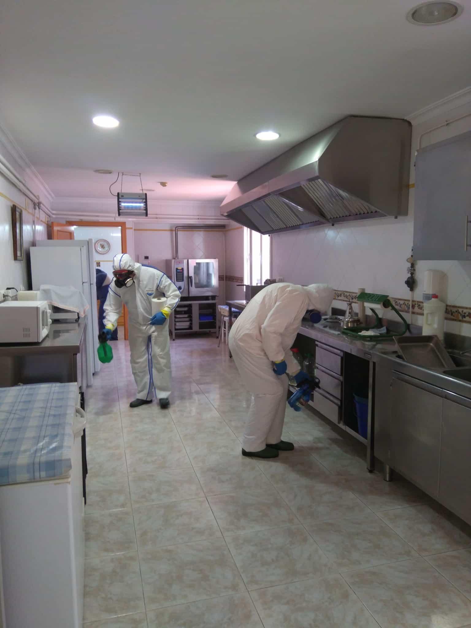 Desinfección en exterior e interior del Centro de Salud y de las dos Residencias de Mayores hoy domingo 11
