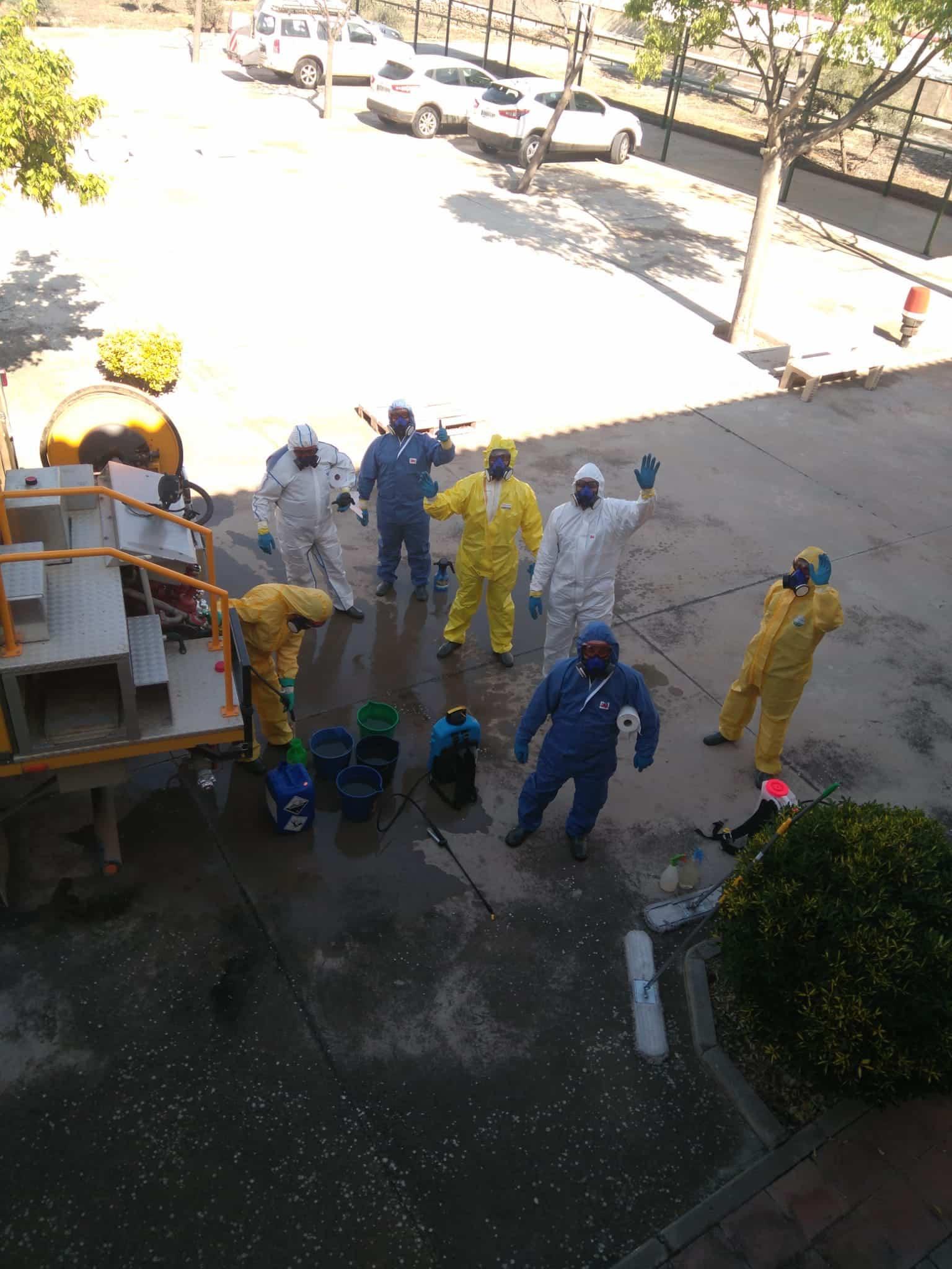 Desinfección en exterior e interior del Centro de Salud y de las dos Residencias de Mayores hoy domingo 10