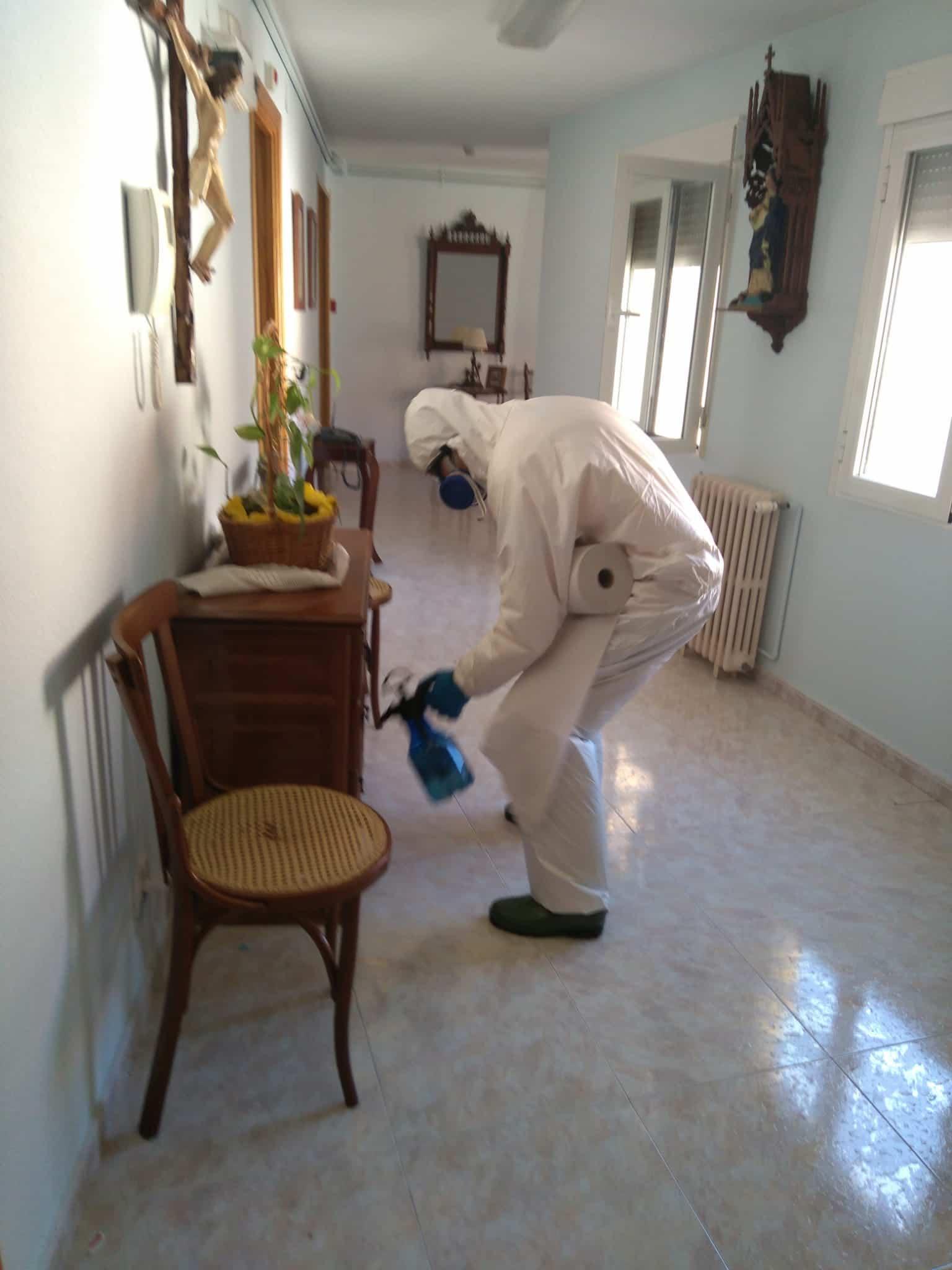 Desinfección en exterior e interior del Centro de Salud y de las dos Residencias de Mayores hoy domingo 9