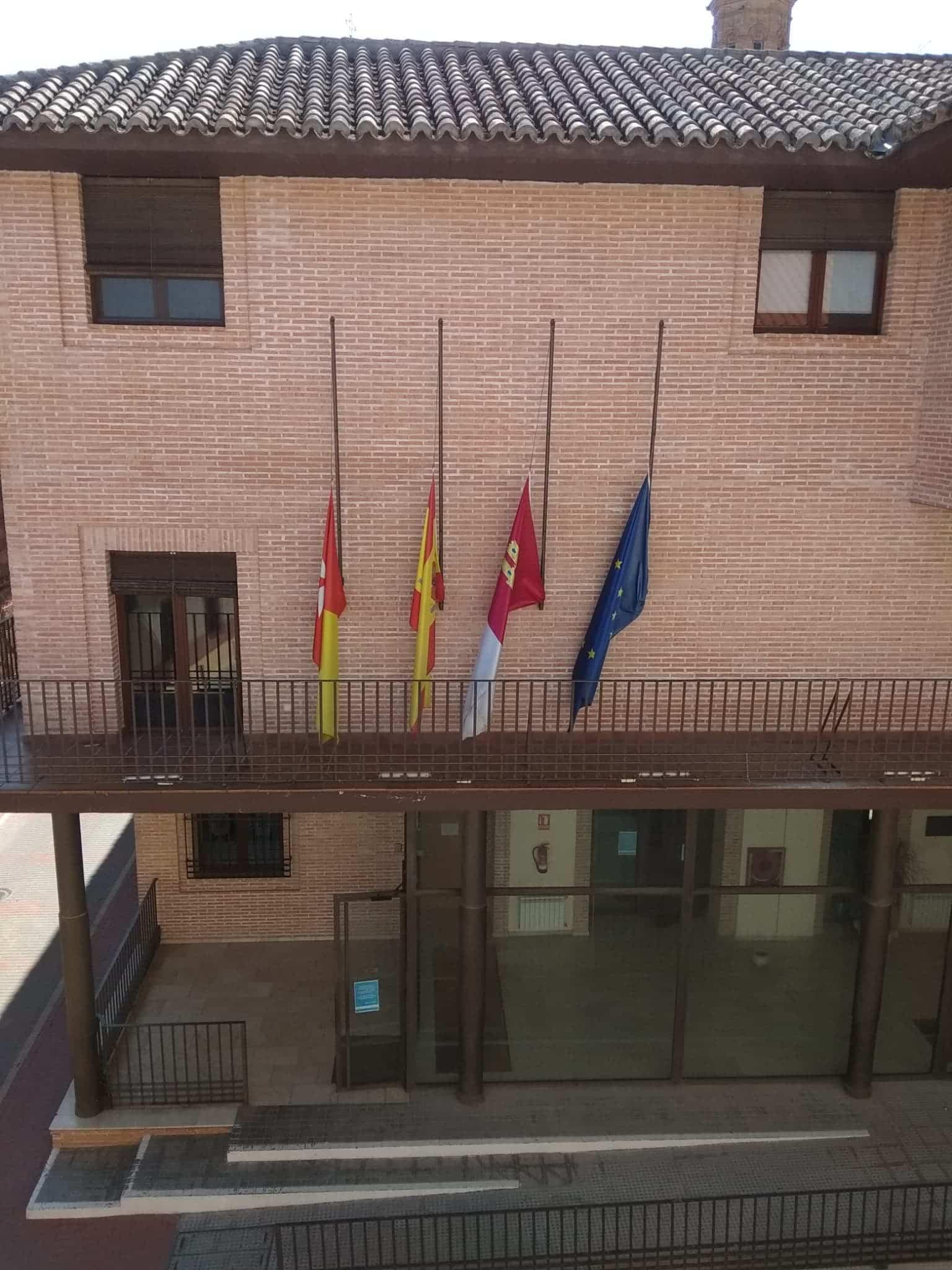 luto herencia ayuntamiento coronavirus - Luto oficial en Herencia por los fallecidos por coronavirus, banderas a media asta