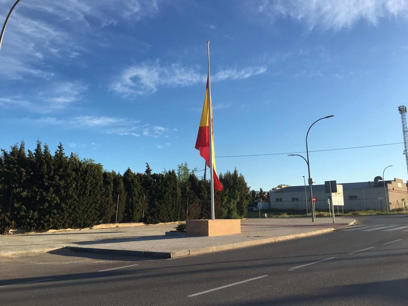 Bandera de España en el Polígono de Herencia a media asta