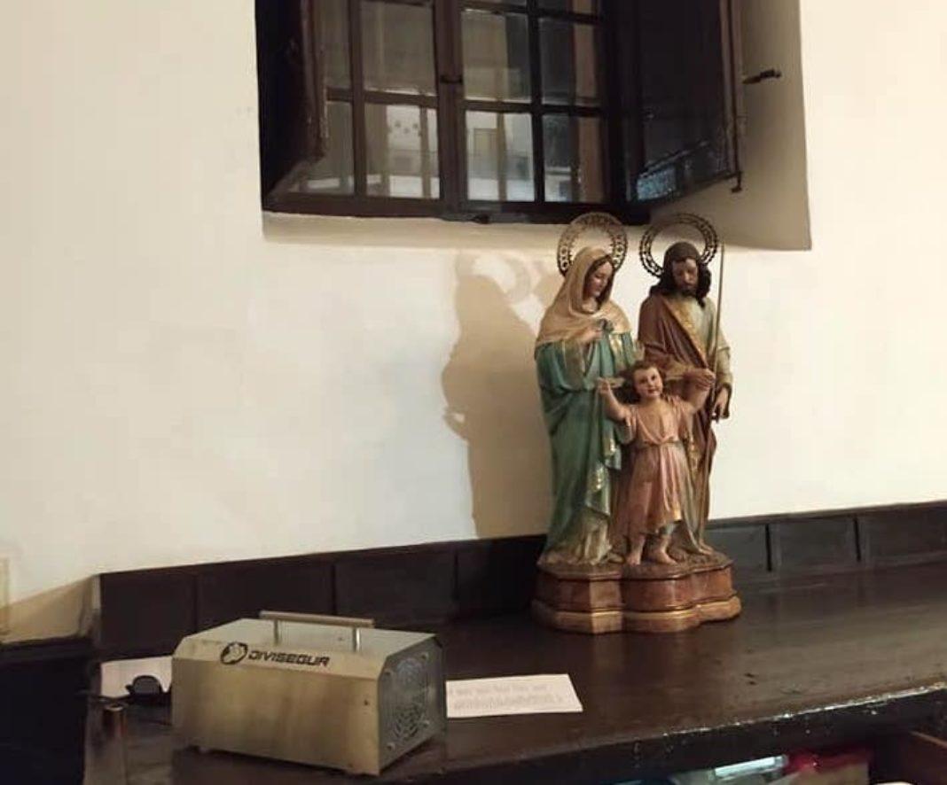 máquinas de ozono en la parroquia 1 1068x886 - Desinfección del interior del templo parroquial con máquinas de zona