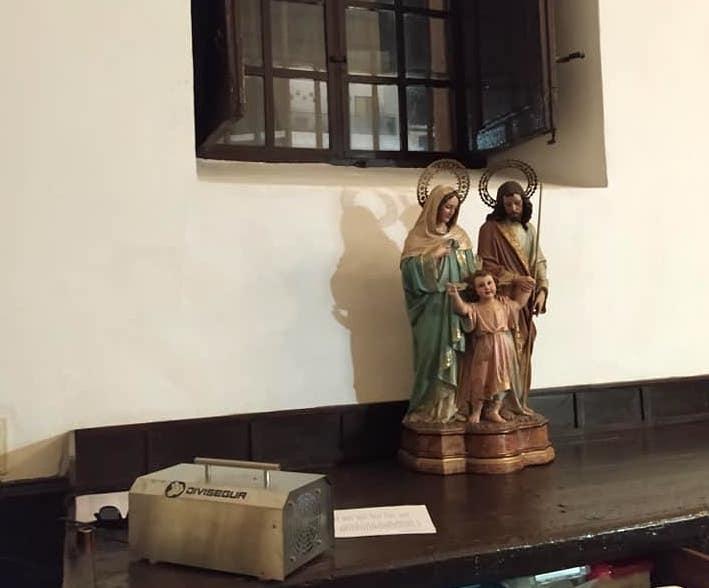 Desinfección del interior del templo parroquial con máquinas de zona 7