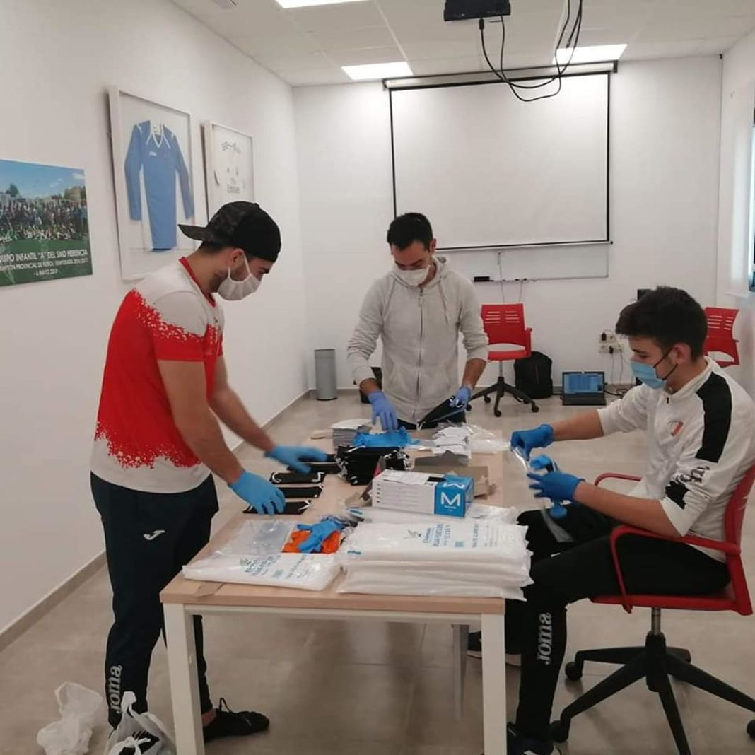 preparacion kits prevencion covid 19 herencia 1 1068x1068 - Kits de Prevención frente al Covid-19 listos para repartirse entre los herencianos