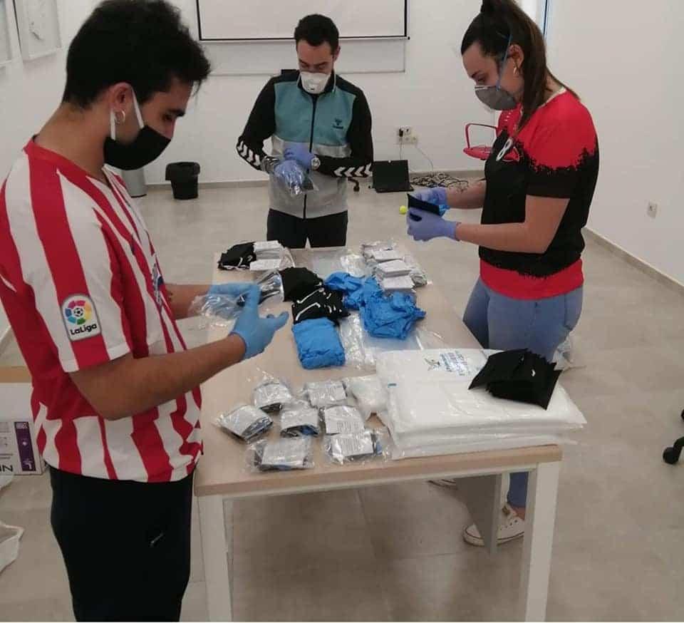 preparacion kits prevencion covid 19 herencia 2 - Kits de Prevención frente al Covid-19 listos para repartirse entre los herencianos