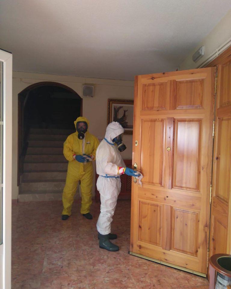 tareas de desinfecci%C3%B3n en residencias de Herencia1 - Nueva desinfección del centro de salud, residencias, calles y espacios públicos de Herencia