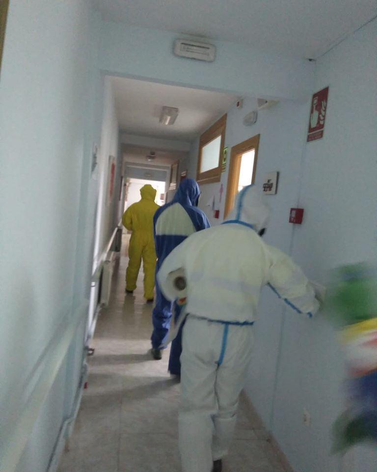 tareas de desinfecci%C3%B3n en residencias de Herencia2 - Nueva desinfección del centro de salud, residencias, calles y espacios públicos de Herencia
