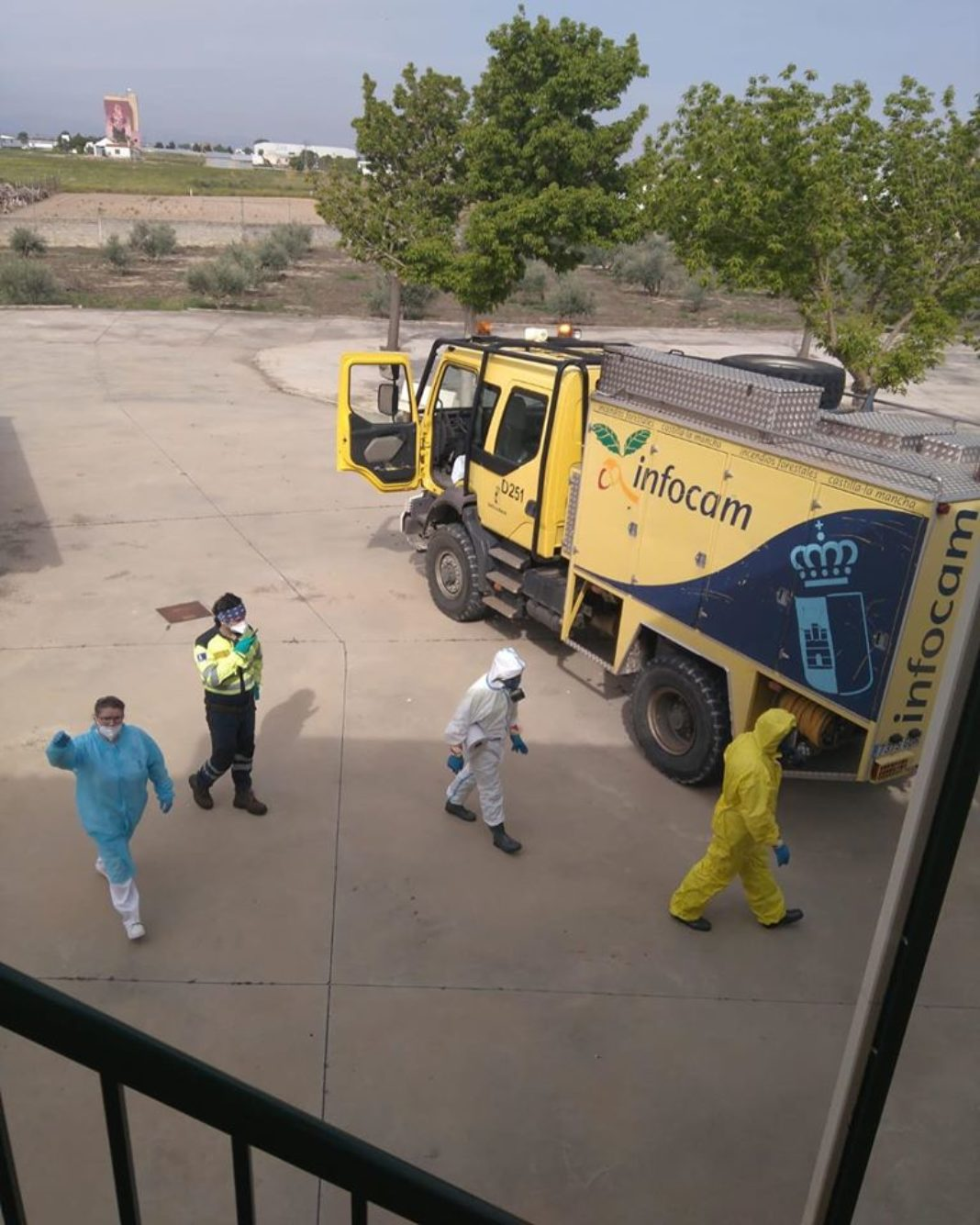 tareas de desinfección en residencias de Herencia3 1068x1335 - Nueva desinfección del centro de salud, residencias, calles y espacios públicos de Herencia