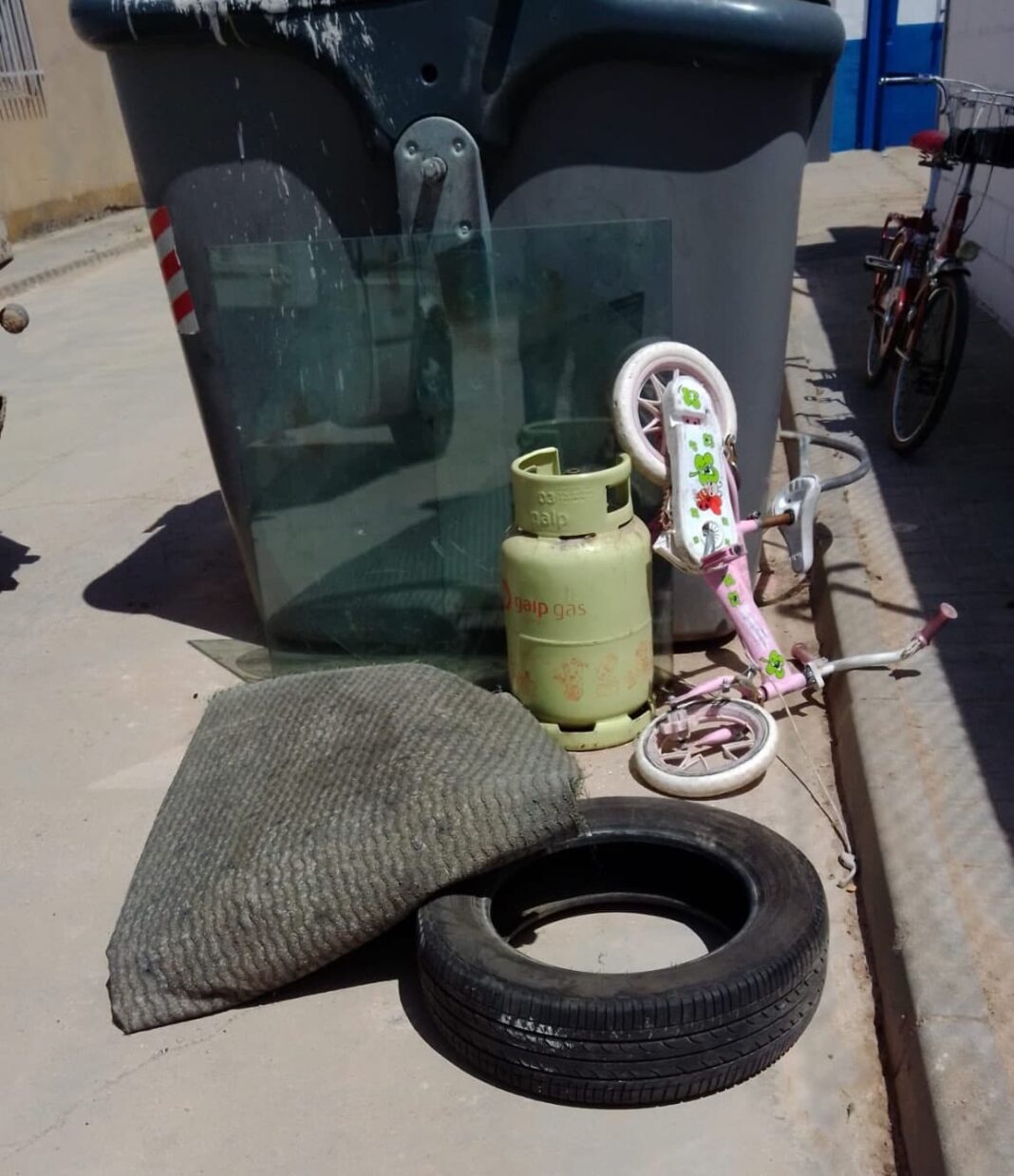 basura en contenedores que es para punto limpio 1068x1238 - Recuerda que Herencia tiene Punto Limpio para utilizarlo