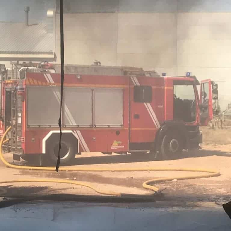 bomberos incendio camaras frigorificas herencia 1 - Incendio en unas cámaras frigoríficas de frutas y verduras en Herencia