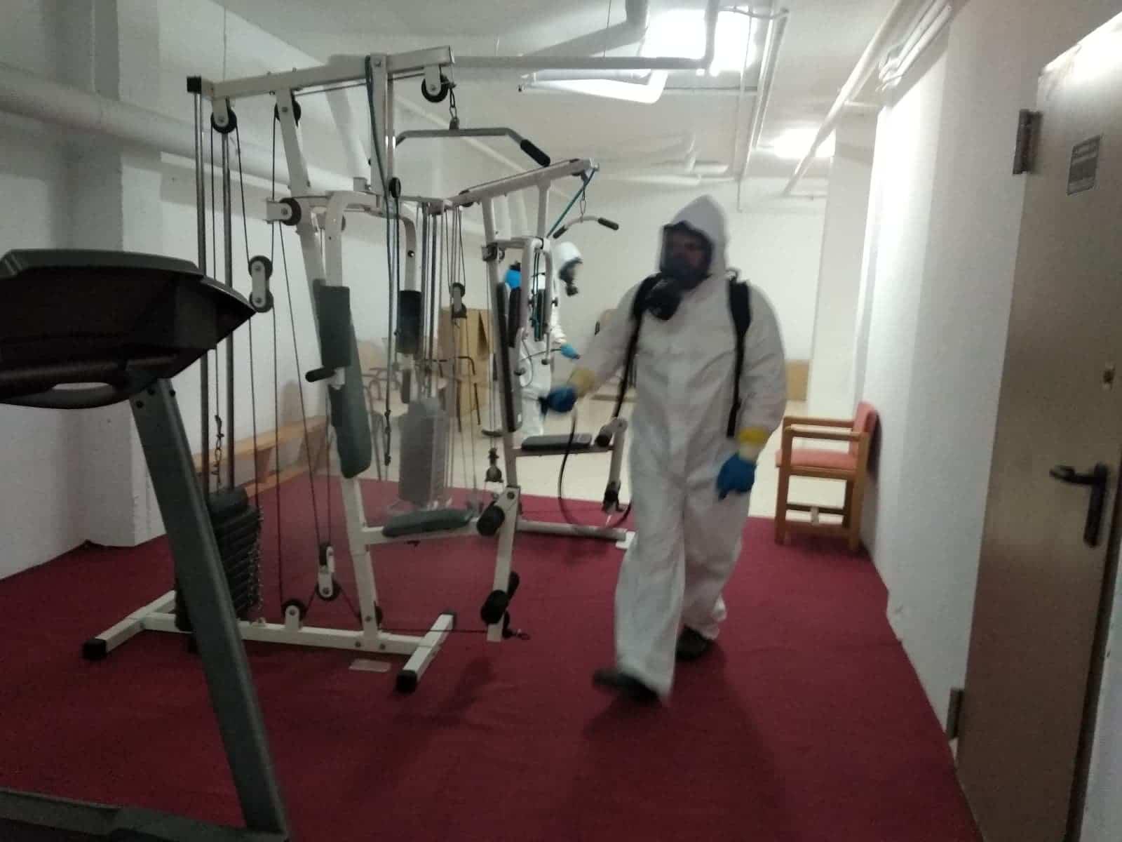 desinfeccion gimansio herencia - Nuevas labores de desinfección en diversas zonas de Herencia