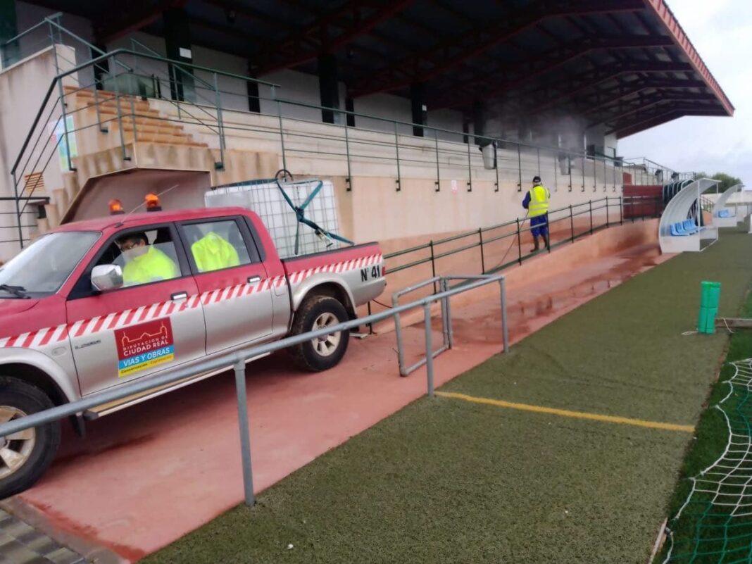 equipo geacam campo futbol herencia 1068x801 - Nuevas labores de desinfección en diversas zonas de Herencia