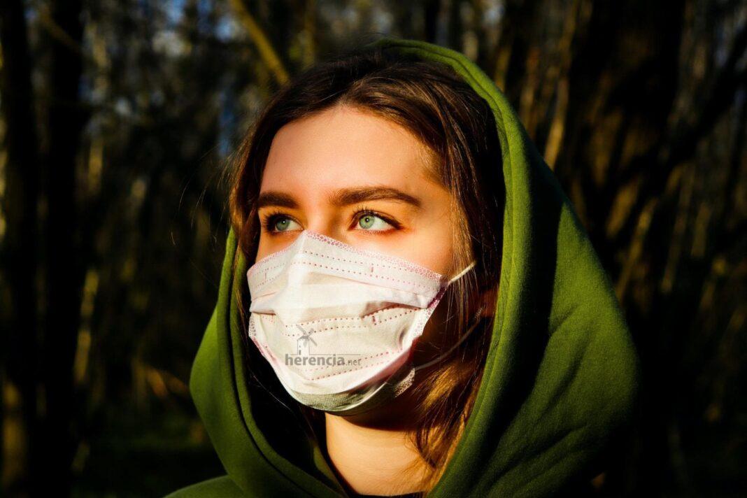 mascarilla proteccion chica herencia 1068x712 - Policía Local informa sobre la normativa en la fase 0 en Herencia