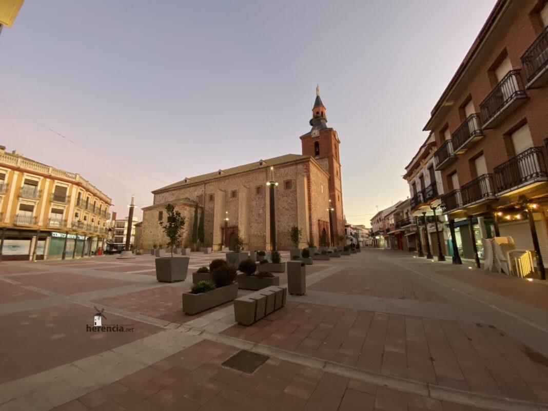 plaza espana herencia iglesia 2020 1068x801 - La Parroquia Inmaculada Concepción de Herencia lista para su reapertura en fase 1
