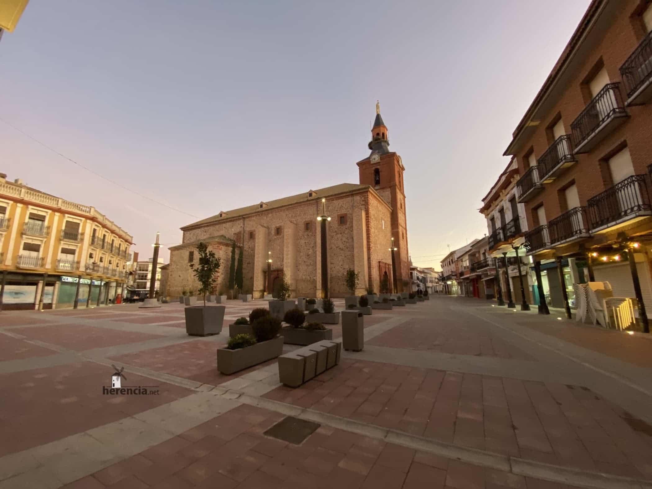 plaza espana herencia iglesia 2020 - Herencia en el concurso para elegir El Pueblo más bonito de Castilla-La Mancha 2020
