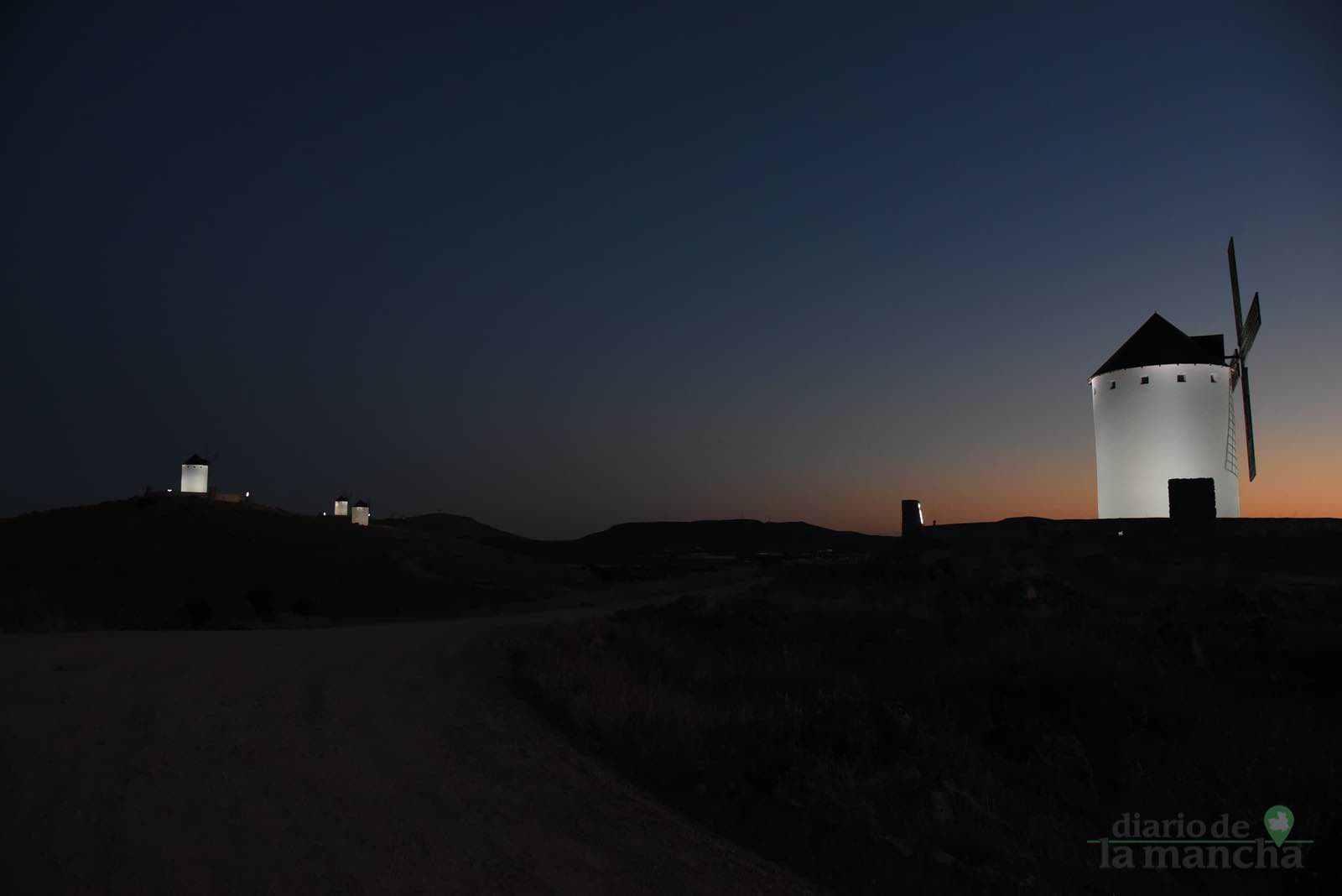 Herencia vuelve a inaugurar con una nueva iluminación artística sus molinos de viento 44