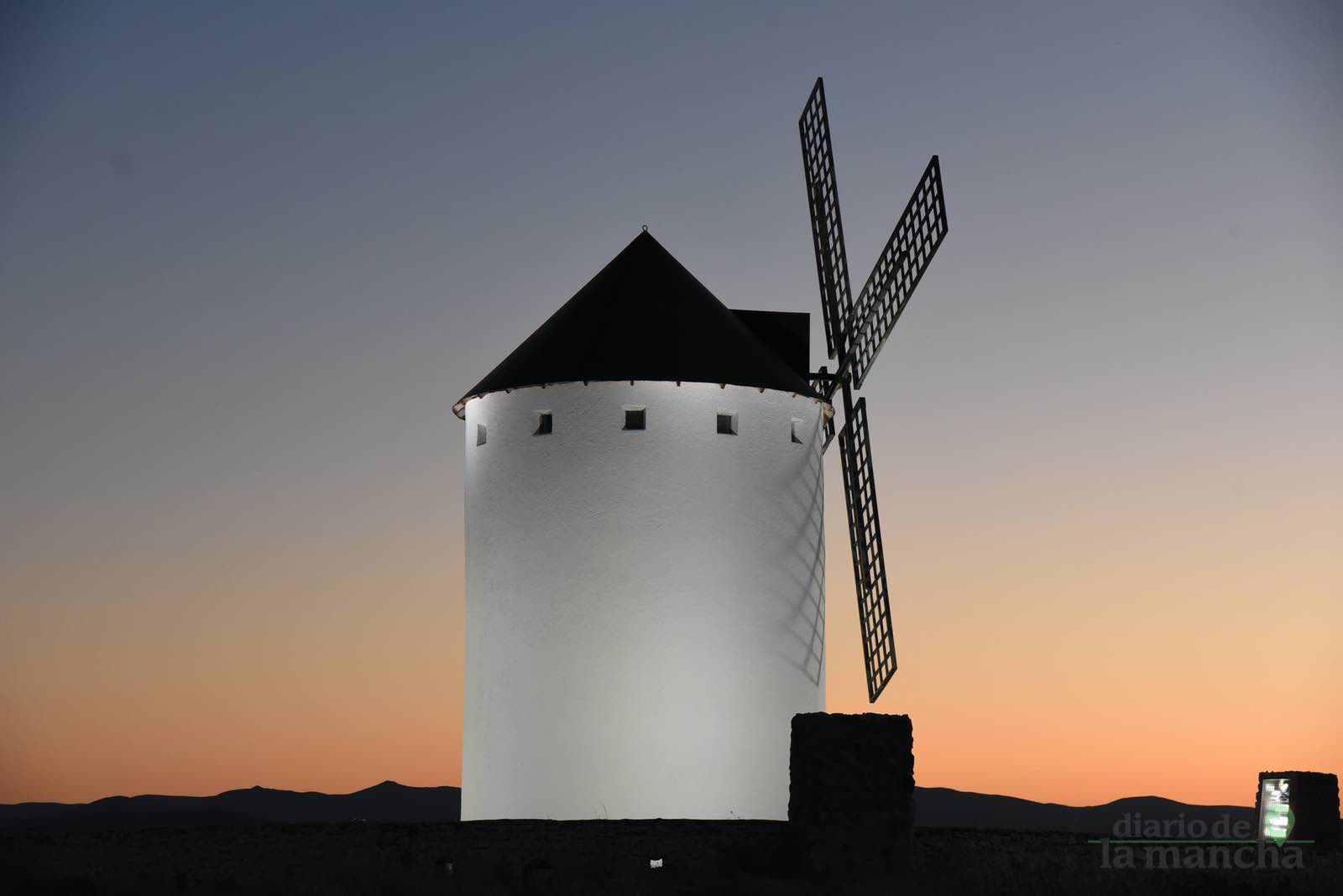 Herencia vuelve a inaugurar con una nueva iluminación artística sus molinos de viento 45