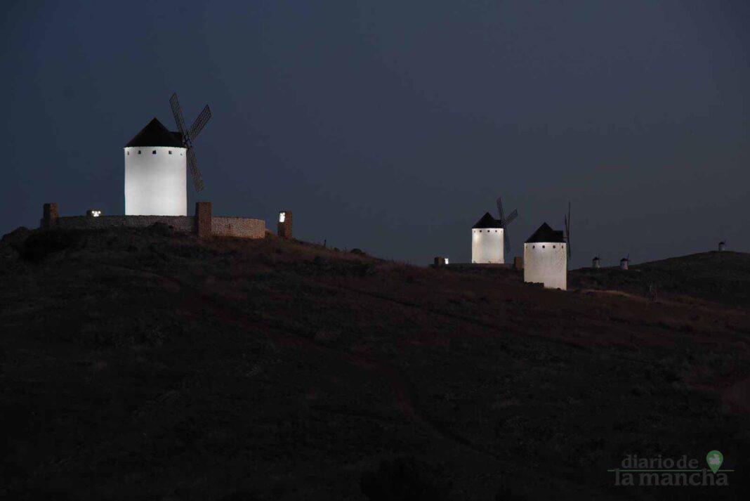 Herencia vuelve a inaugurar con una nueva iluminación artística sus molinos de viento 46