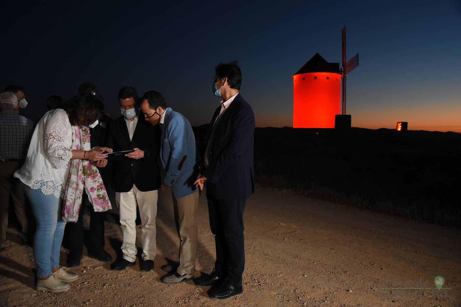 inauguracion iluminacion molinos herencia 4 - Herencia vuelve a inaugurar con una nueva iluminación artística sus molinos de viento