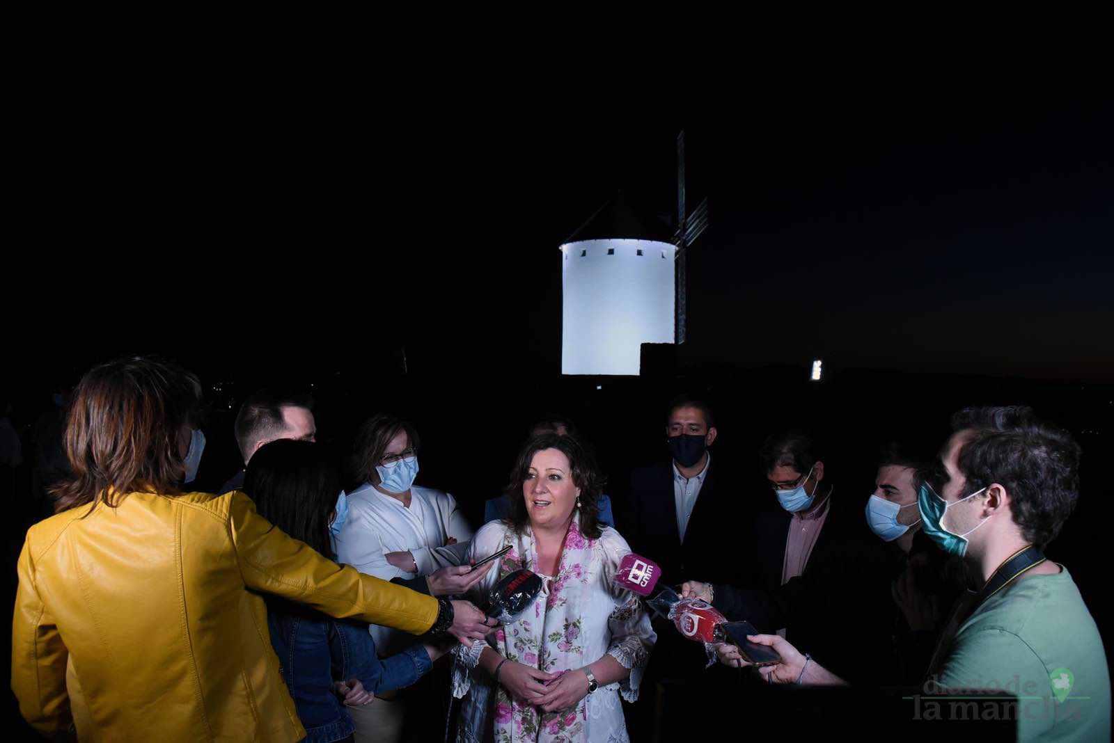 inauguracion iluminacion molinos herencia 5 - Herencia vuelve a inaugurar con una nueva iluminación artística sus molinos de viento