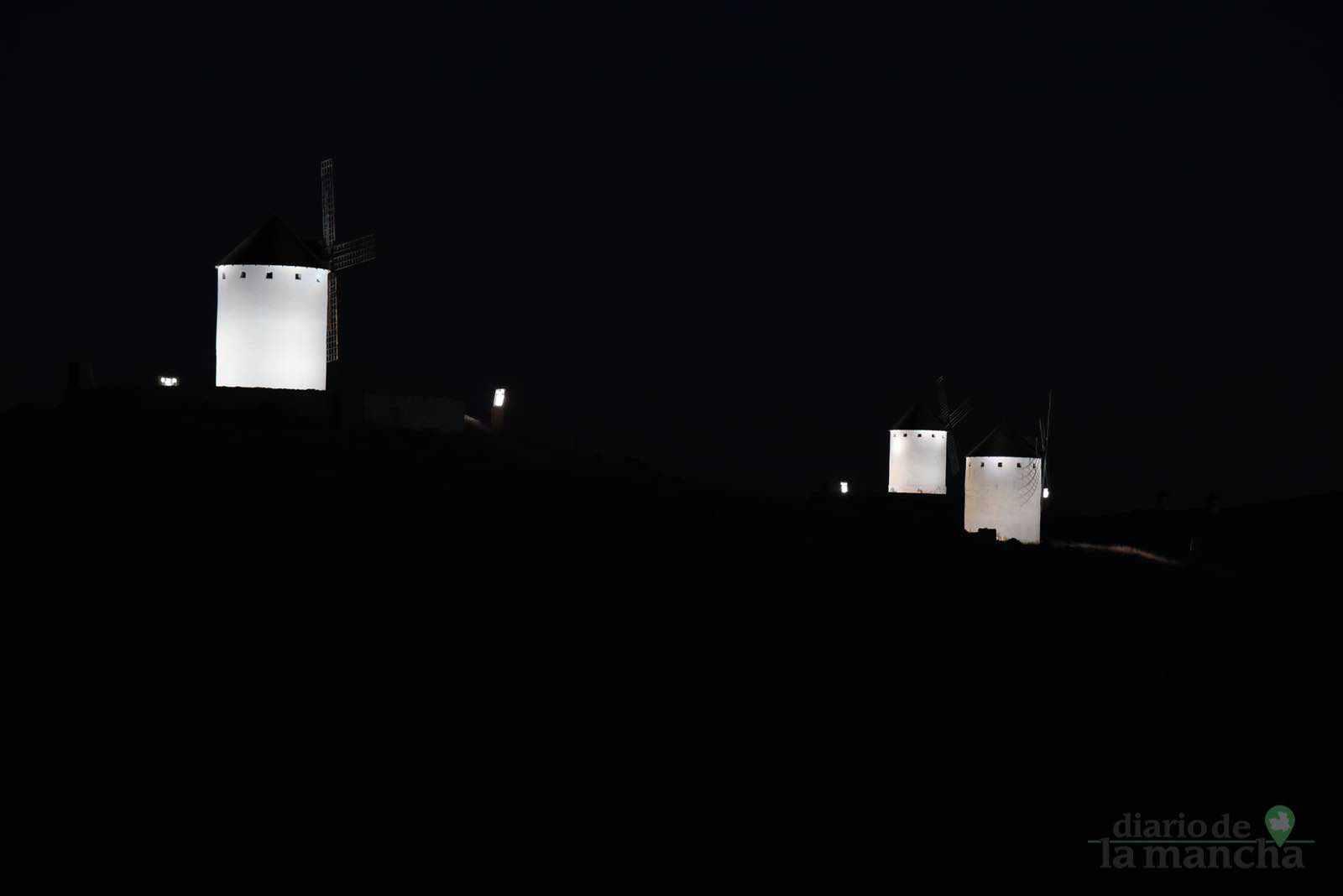inauguracion iluminacion molinos herencia 7 - Herencia vuelve a inaugurar con una nueva iluminación artística sus molinos de viento