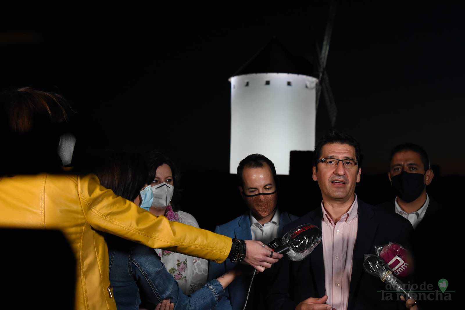 inauguracion iluminacion molinos herencia 9 - Herencia vuelve a inaugurar con una nueva iluminación artística sus molinos de viento