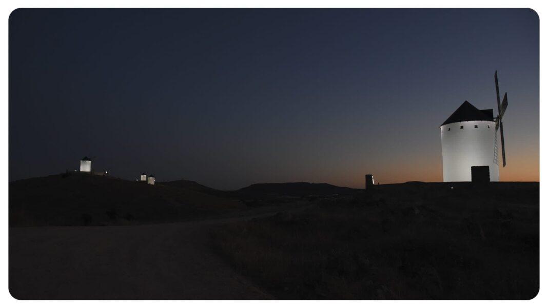 molinos viento herencia contra ELA 1068x601 - Los molinos y la plaza de Herencia se iluminan para colaborar con la lucha contra la ELA