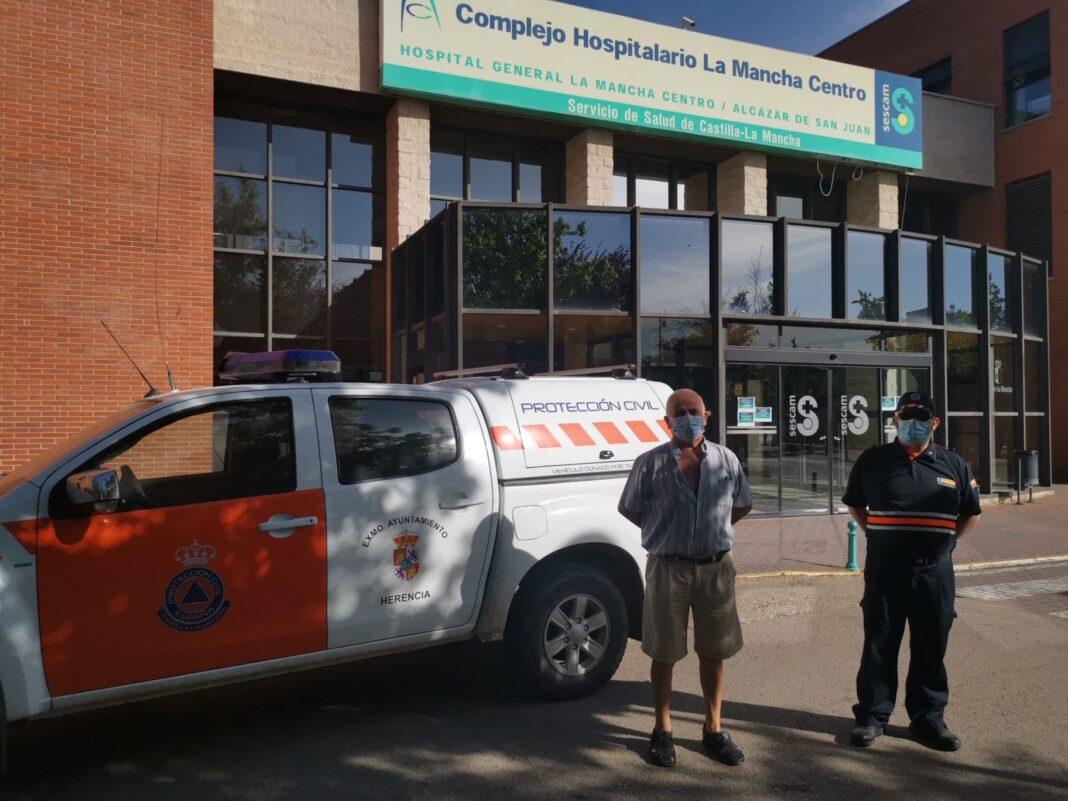 recogida material sanitorio hospital mancha centro 1068x801 - Protección Civil colabora repartiendo material sanitario del Hospital Mancha Centro