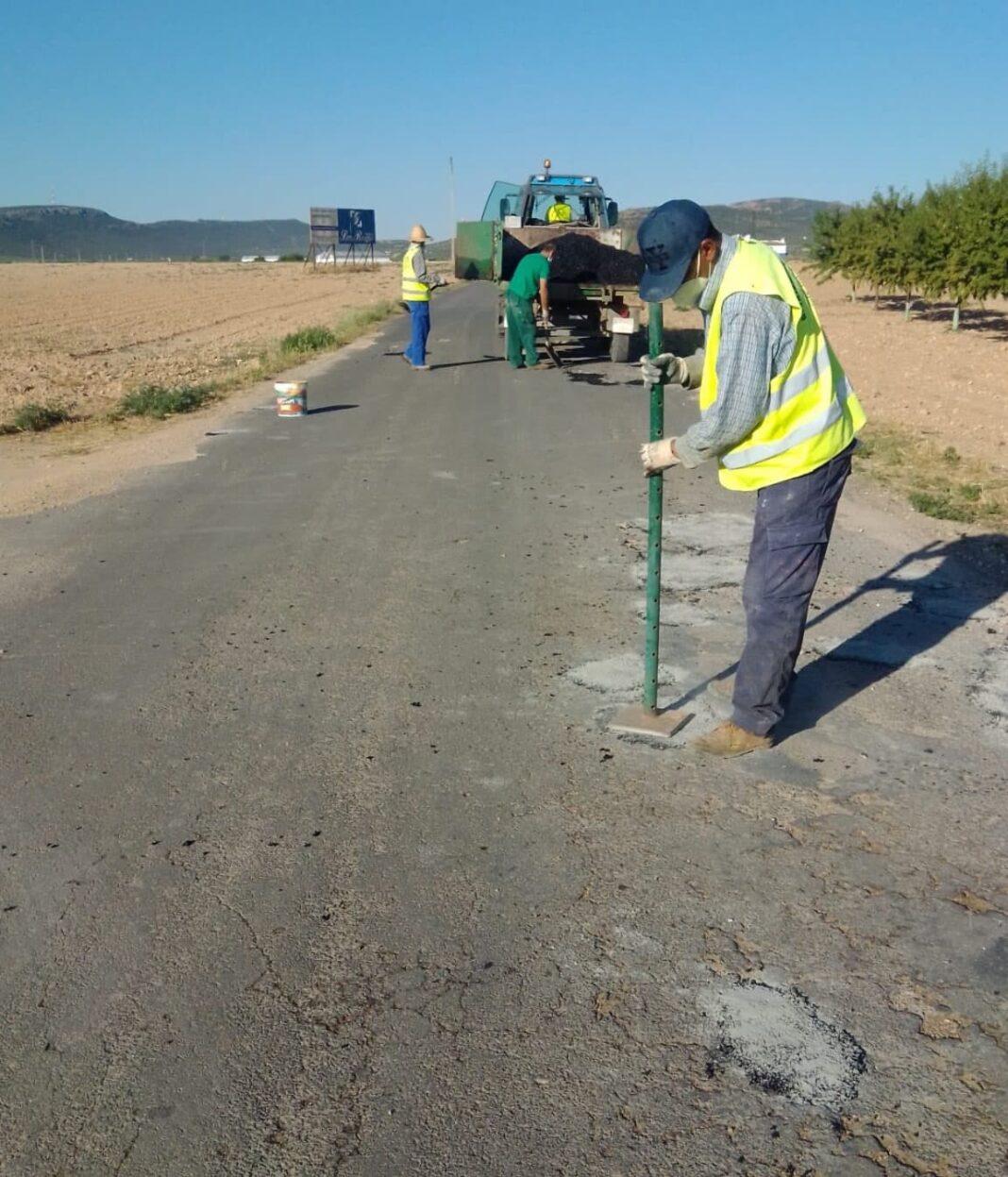 arreglando camino la pedriza pozos del agua herencia 1068x1247 - El camino de La Pedriza en Herencia recibe labores de bacheo