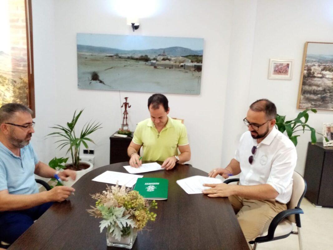 firma convenio tienda online gestioniza 1068x801 - La Asociación de Comercio y el Ayuntamiento lanzan un nuevo comercio digital en Herencia