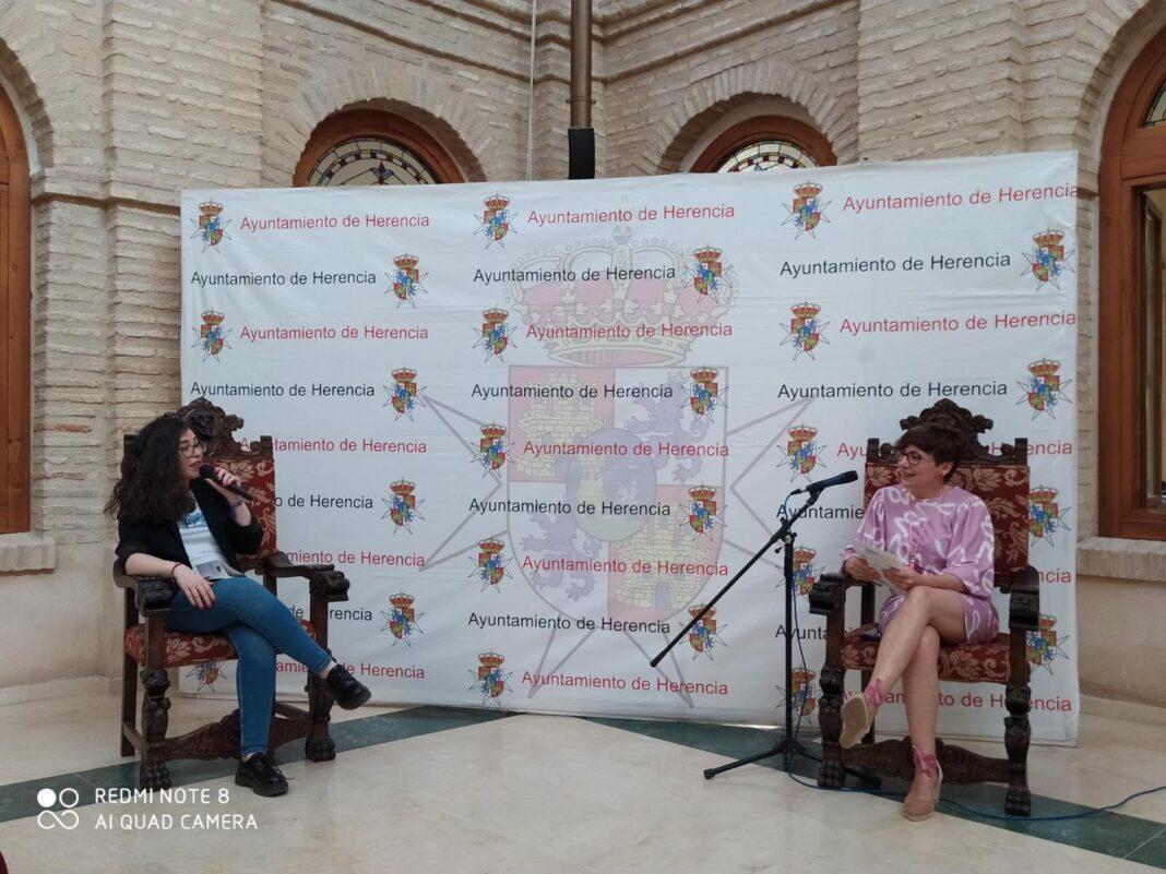 """Presentación del poemario """"A tres pasos del espejo"""" por Isabel Polgach 1"""