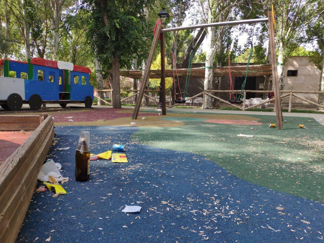 restos botellon parque infantil herencia 1068x801 - Cuidar Herencia es muy fácil, utiliza las papeleras y contenedores