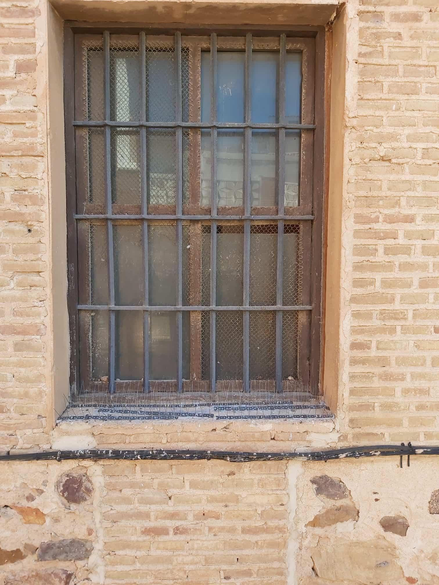 sistema antipalomas ventana herencia - Protegiendo el patrimonio con un sistema antipalomas en la Parroquia de Herencia