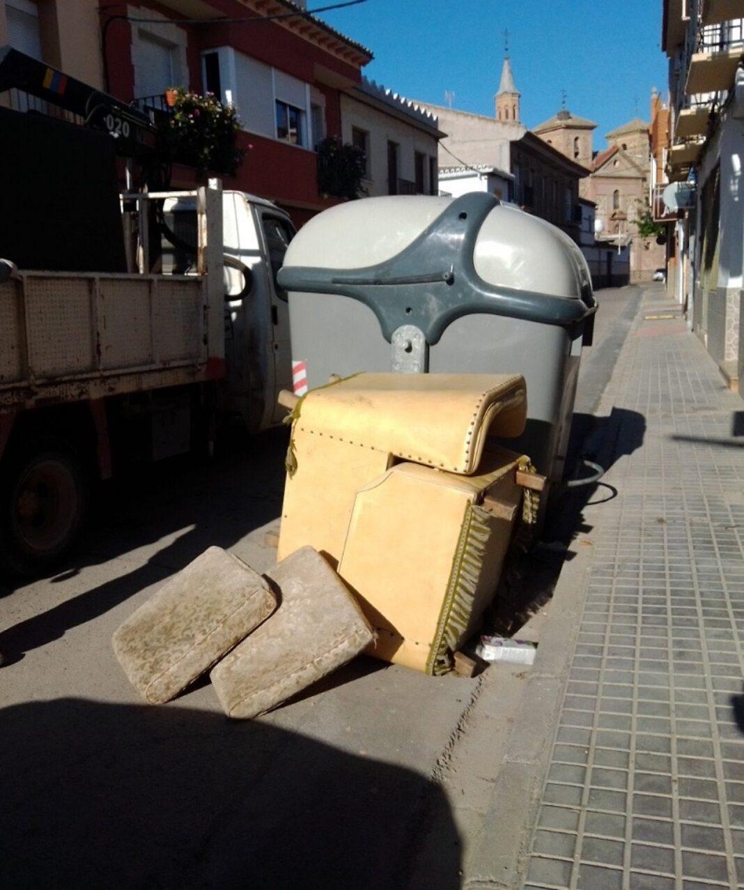 contenedor con muebles 1068x1277 - En marcha un servicio municipal y gratuito de recogida de enseres